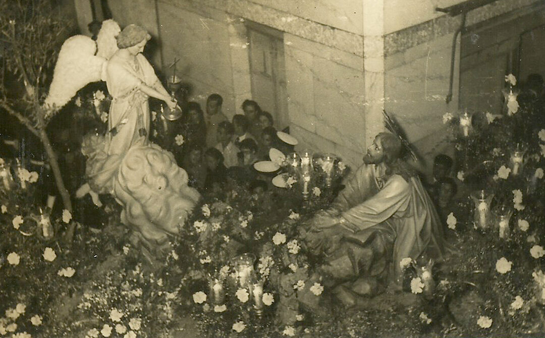 Setenta y cinco años de Oración en diferentes lugares